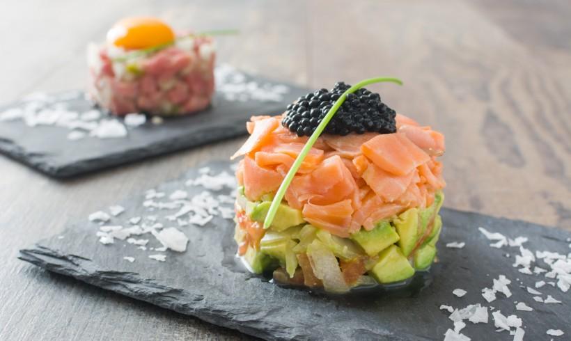 Tartare de Salmão com Caviar de Shoyu e Abacate