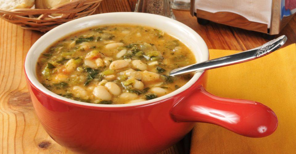 Sopa de Feijão Branco com Couve e Bacon