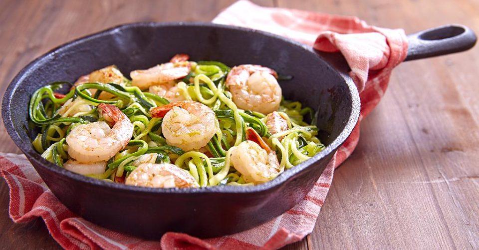 Espaguete com Camarão, Abobrinha e Tomate Cereja