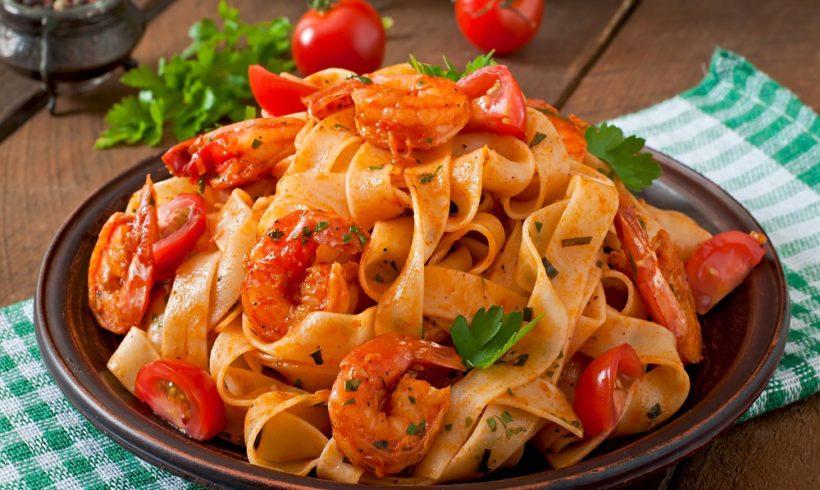 Macarrão Fettucine com Camarões, Tomates e Ervas